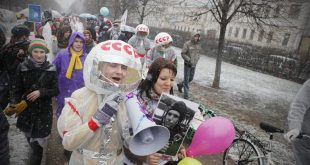космонавты гуляют по городу