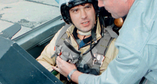Немцов готовится к полету на истребителе