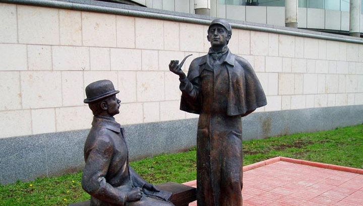 Памятник Шерлоку Холмсу и доктору Ватсону напротив Британского посольства в Москве